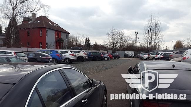 Parkoviště u letiště v Praze
