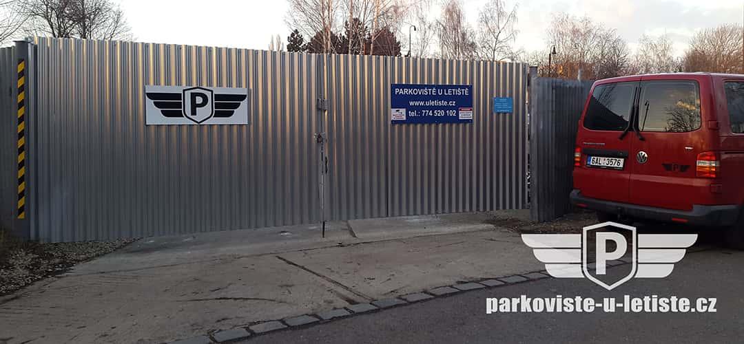 Parkoviště u letiště Praha Ruzyně - auto foto